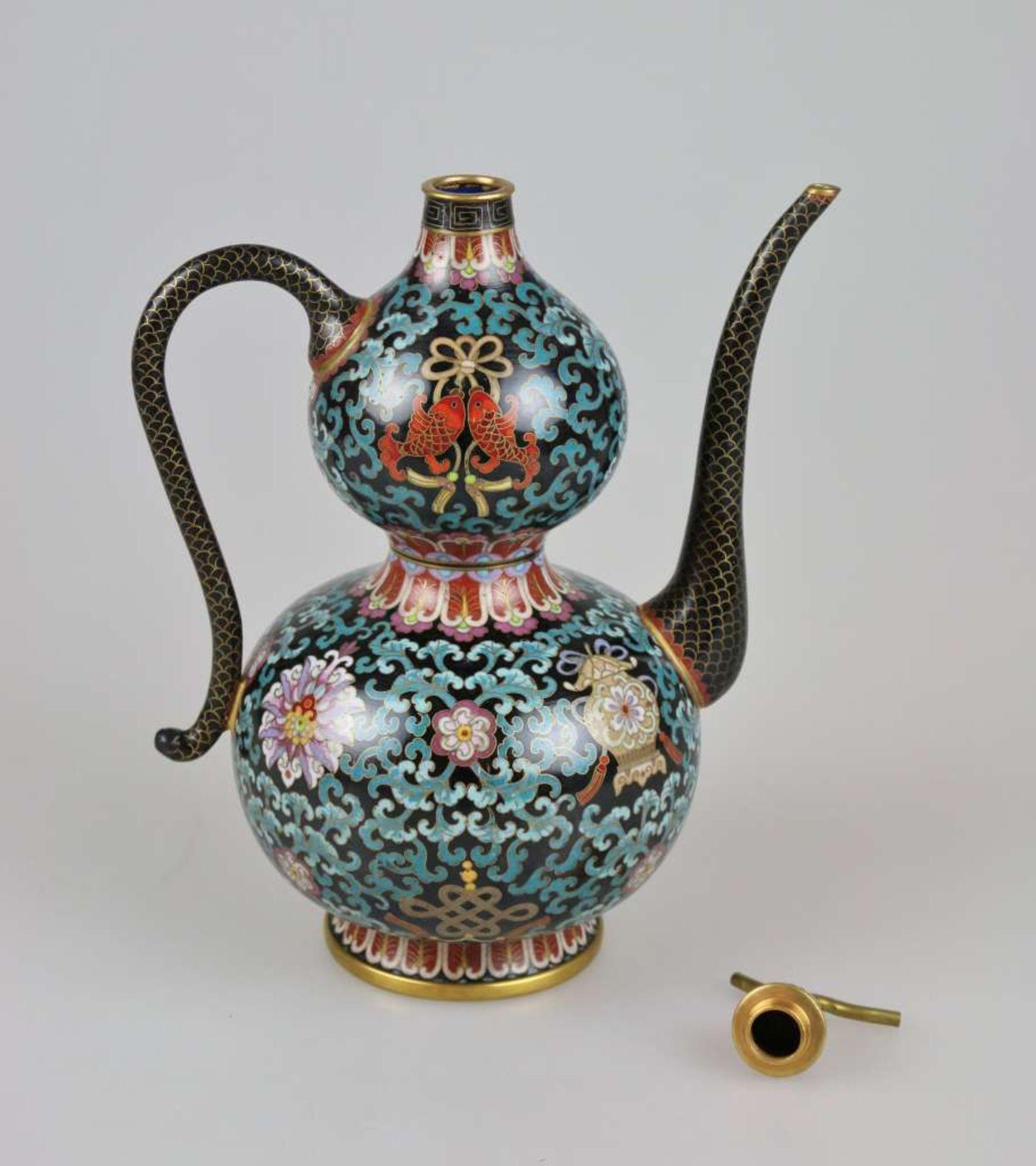Cloisonné Teekanne, wohl China 1. H. 20. Jh., Korpus mit Doppelbauch und kurzem Enghals auf au - Bild 3 aus 3