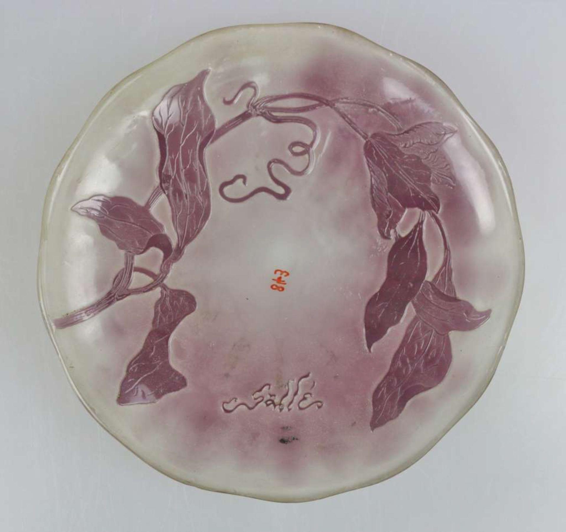 Gallé Set: Flache Schale, weißes Glas, violett überfangen, geätzt und poliert, runde Form m - Bild 4 aus 4
