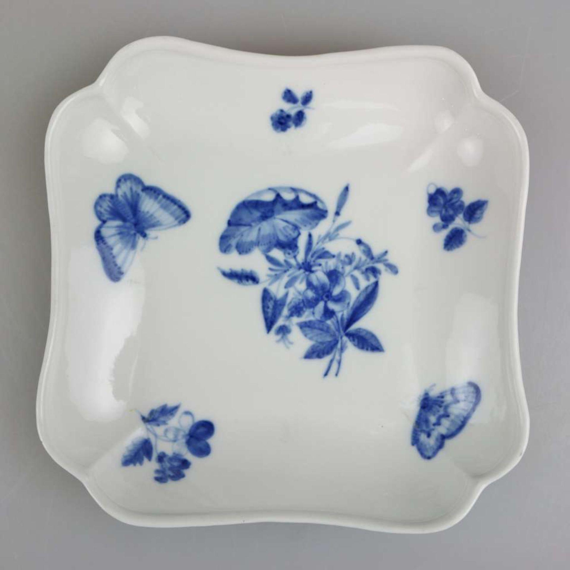 """Meissen, Rest Speiseservice, 19. Jh., Neuer Ausschnitt """"Blaue Blume mit Insekten"""", 4-teilig sow - Bild 8 aus 9"""
