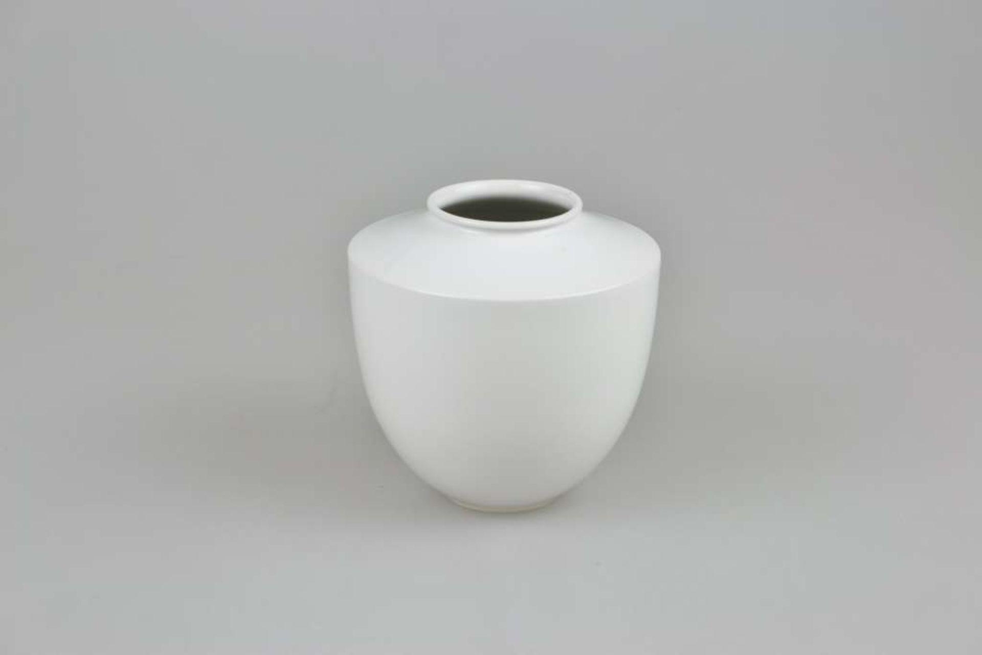 """KPM, Vase """"Großer Bär"""", Mitte 20. Jh., Weißporzellan, Entwurf Trude PETRI (1906-1998) 1938,"""