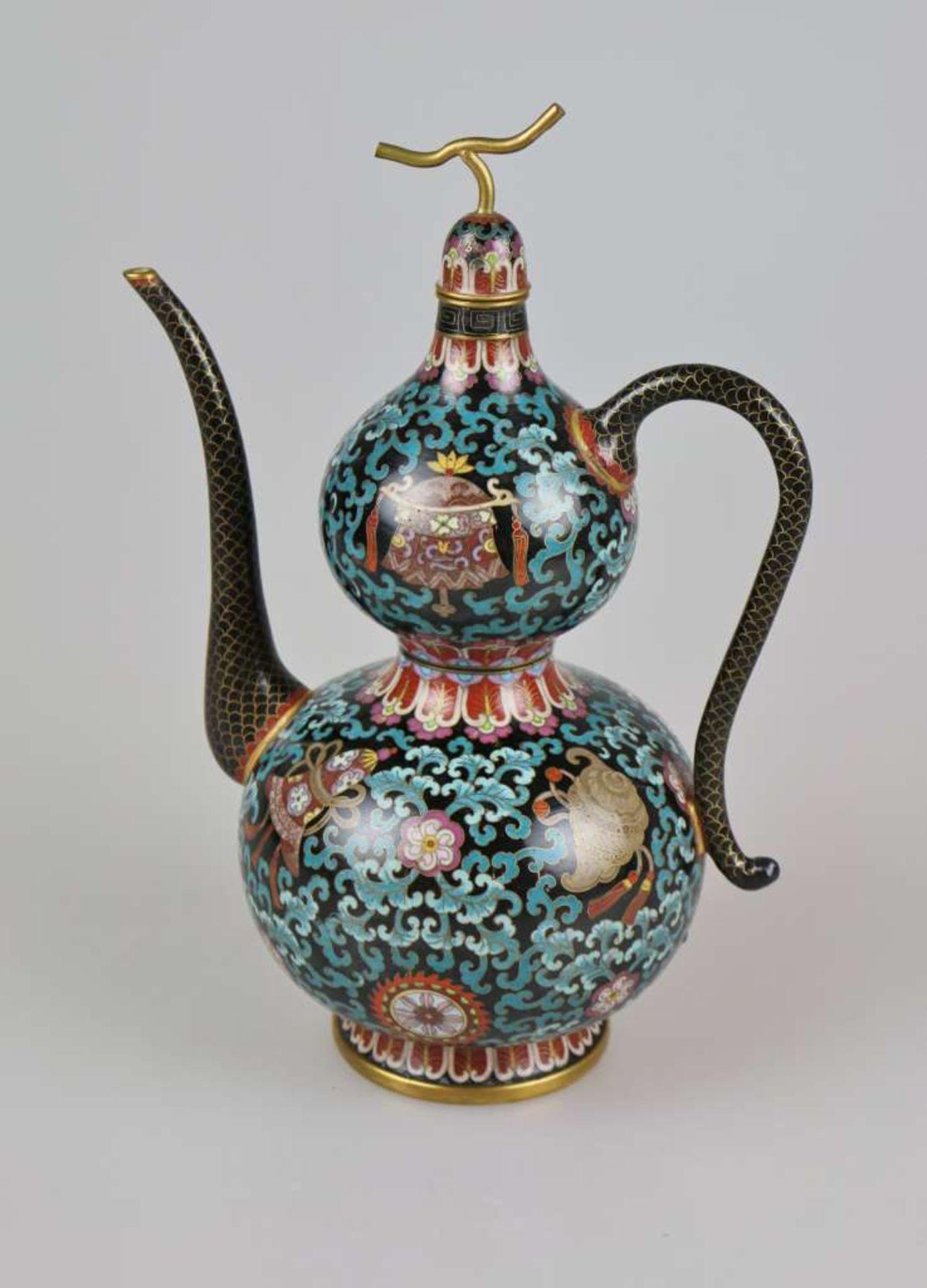 Cloisonné Teekanne, wohl China 1. H. 20. Jh., Korpus mit Doppelbauch und kurzem Enghals auf au