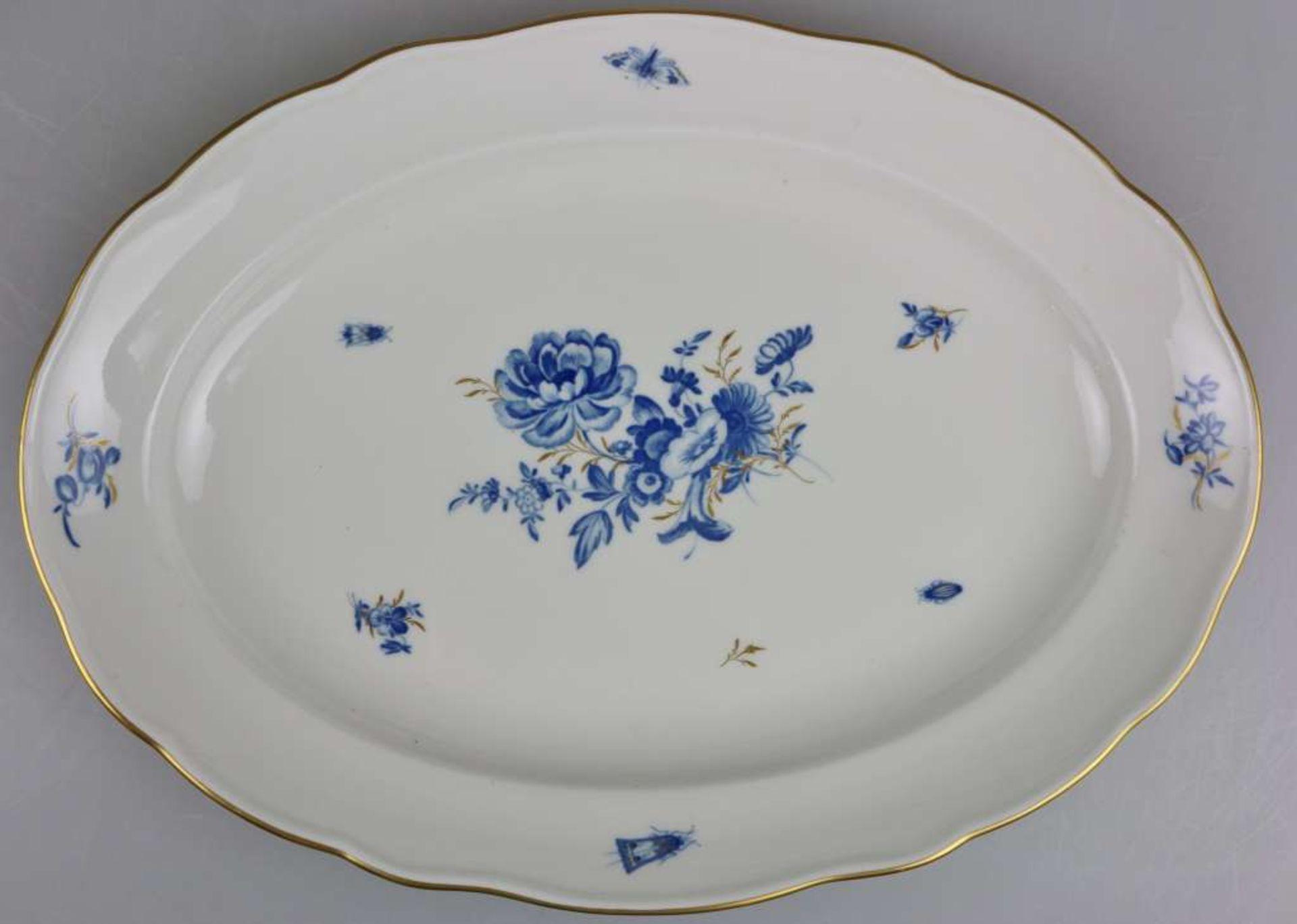 """Meissen, Speiseservice, 19. Jh., Neuer Ausschnitt """"Blaue Blume mit Insekten"""", Goldrand, 36-teil - Bild 5 aus 6"""