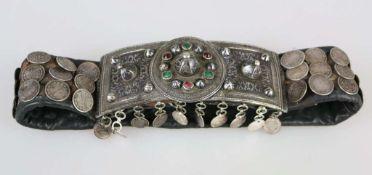 Kaukasus, breiter Ledergürtel mit schweren Niello und Farbsteinen verzierten Silberschließen,