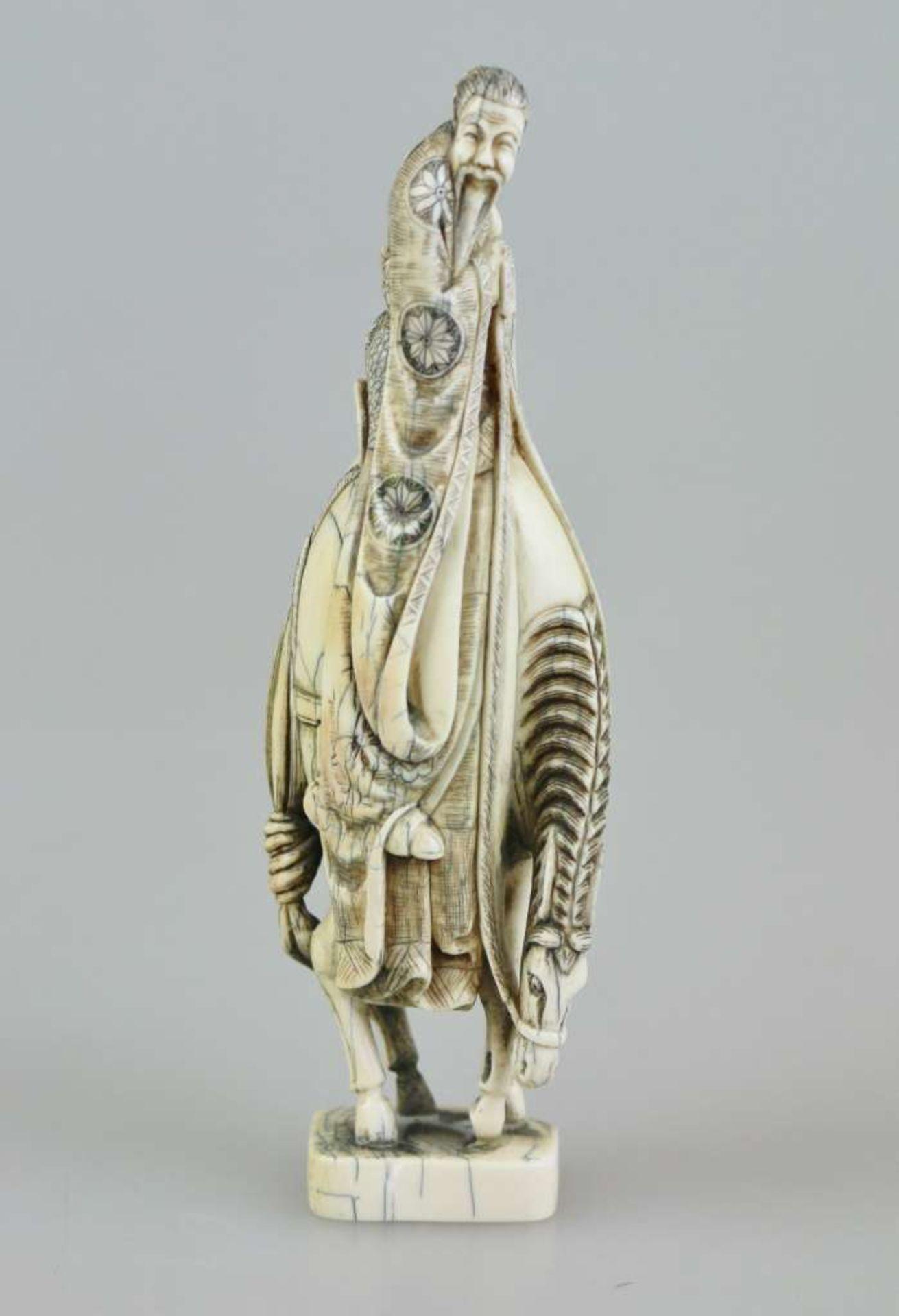 Okimono, Japan, 19./20. Jh., alter Gelehrter auf Pferd, Bodenmarke, H.: ca. 15 cm, Gewicht: 124