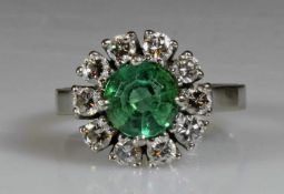 Ring, WG 585, 1 runder facettierter Smaragd, 10 Brillanten zus. ca. 1.0 ct., 6 g, RM 17.5