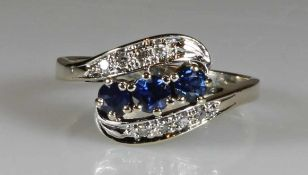 Ring, WG 585, 3 runde facettierte Saphire zus. ca. 0.60 ct., 8 Brillanten zus. ca. 0.08 ct., ca. 3
