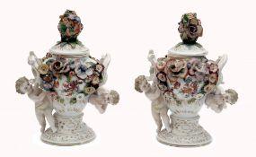 Paar-Vasen mit Porzellandeckel