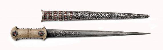 Silbermontierter osmanischer Dolch mit einer mit Korallen besetzten speerförmigen Klinge