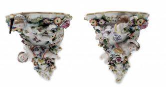 Zwei Porzellan Wandkonsolen im Rokoko Stil