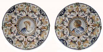 Paar Majolika-Teller mit Grotesken-Dekor