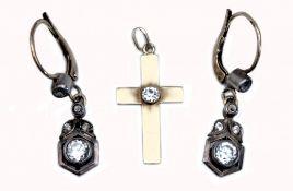 Ohrringe und Kreuzanhänger