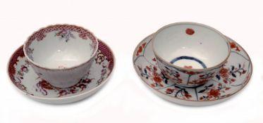 Zwei verschiedene Teetassen mit Schalen