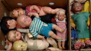 Kiste defekte Puppen und Puppenteile