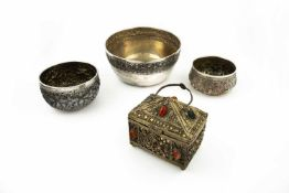 3 bowls and a lid box