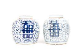 Paar IngwertöpfeChina, 19. Jh., Keramik, blaue Unterglasurbemalung, Höhe 23 und 23,4 cm, beide mit