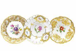 Drei Prunkteller Meissen, nach 1924 und nach 1934, ornamental und floral reliefiert, gold