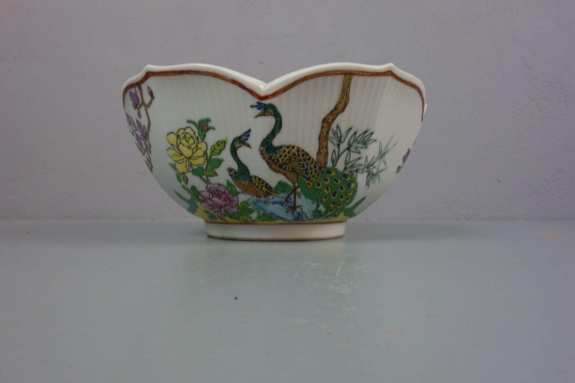 Los 336 - CHINESISCHE SCHALE / bowl, Porzellan, unter dem Stand aufglasurrot gemarkt mit Vasenmotiv,...
