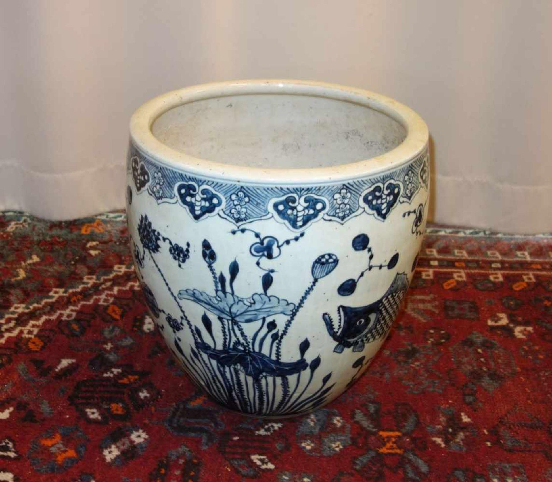 Los 456 - CACHEPOT / BLUMENÜBERTOPF / flowerbowl, China, ungemarkt, dekoriert mit umlaufender Blaumalerei:...