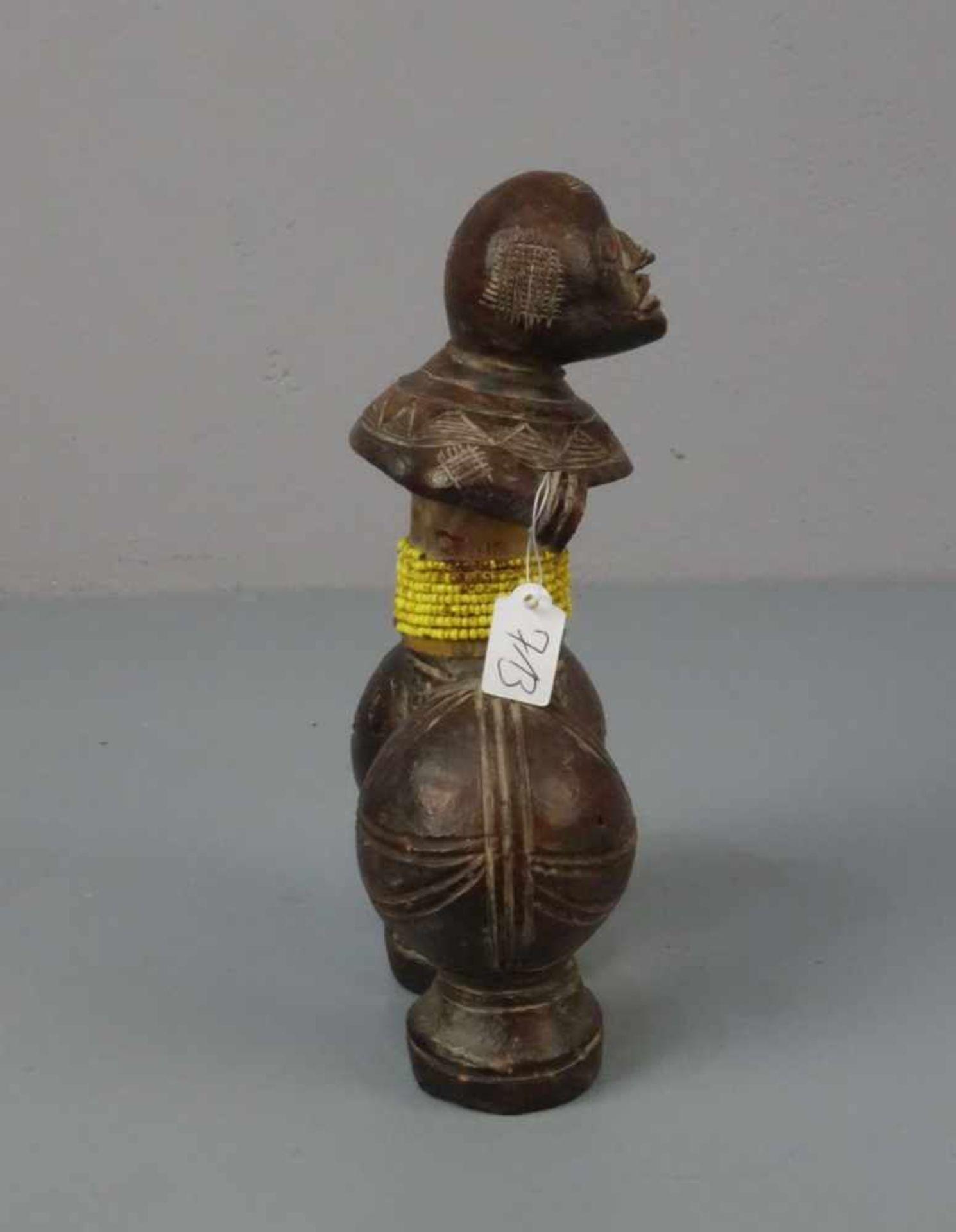 """Los 713 - AFRIKANISCHE KUNST / KERAMIK SKULPTUR: """"Stehende"""" / """"Stehender"""" / tribal Art, gebrannter Ton mit..."""