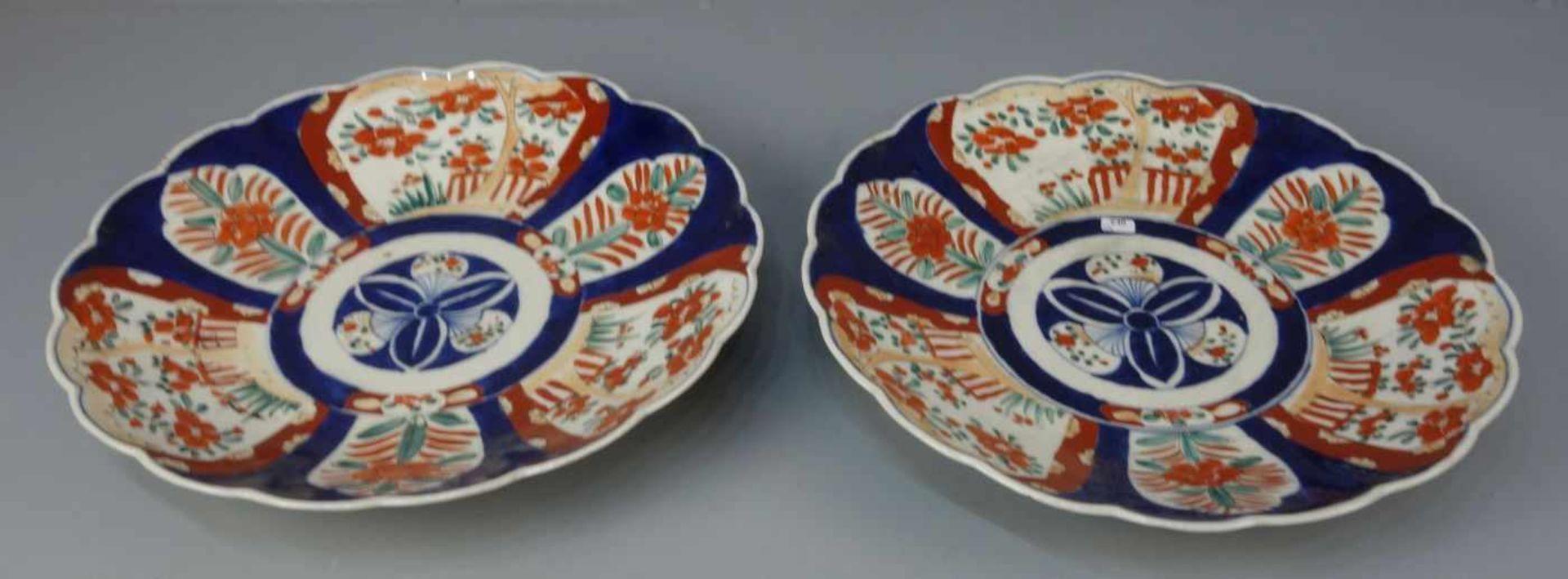 Los 640 - PAAR CHINESISCHE SCHALEN / pair of chinese bowls, Porzellan (ungemarkt). Flach gemuldete Schale