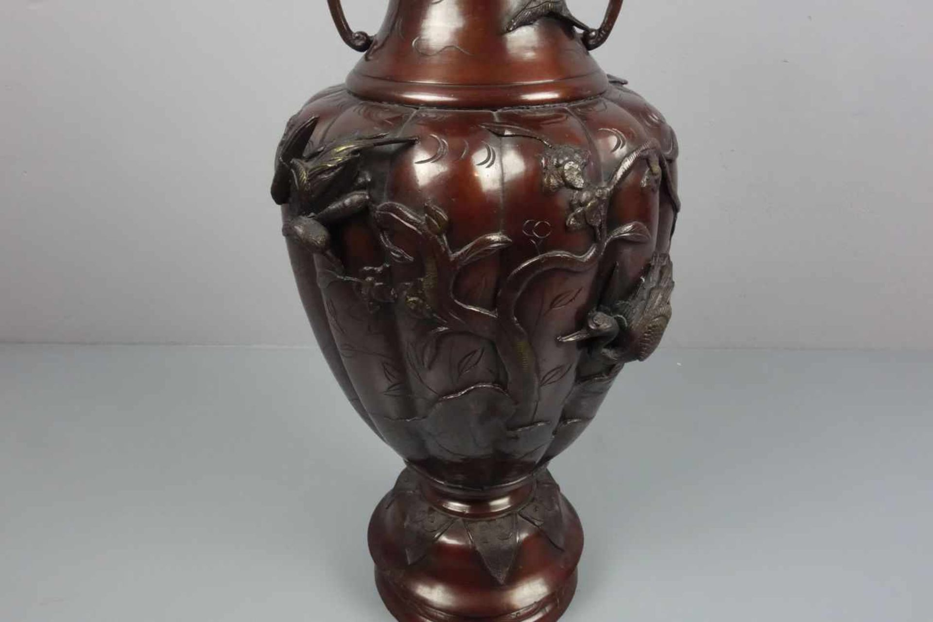 Los 174 - BODENVASE AUS METALL / chinese metal vase, China, 20. Jh., brüniertes Metall, unter dem Stand mit...