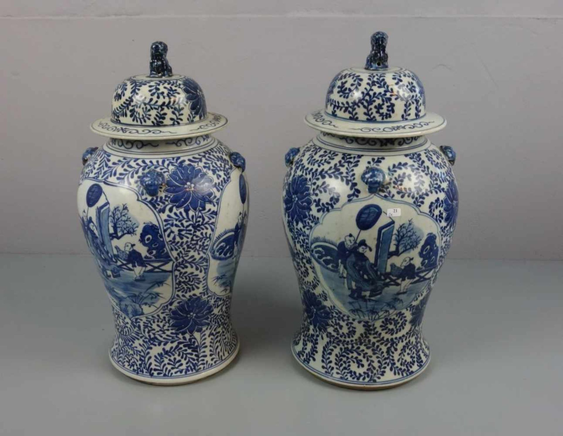 Los 647 - PAAR CHINESISCHE DECKELVASEN / pair of chinese vases, late Qing dynasty, Porzellan (ungemarkt),...