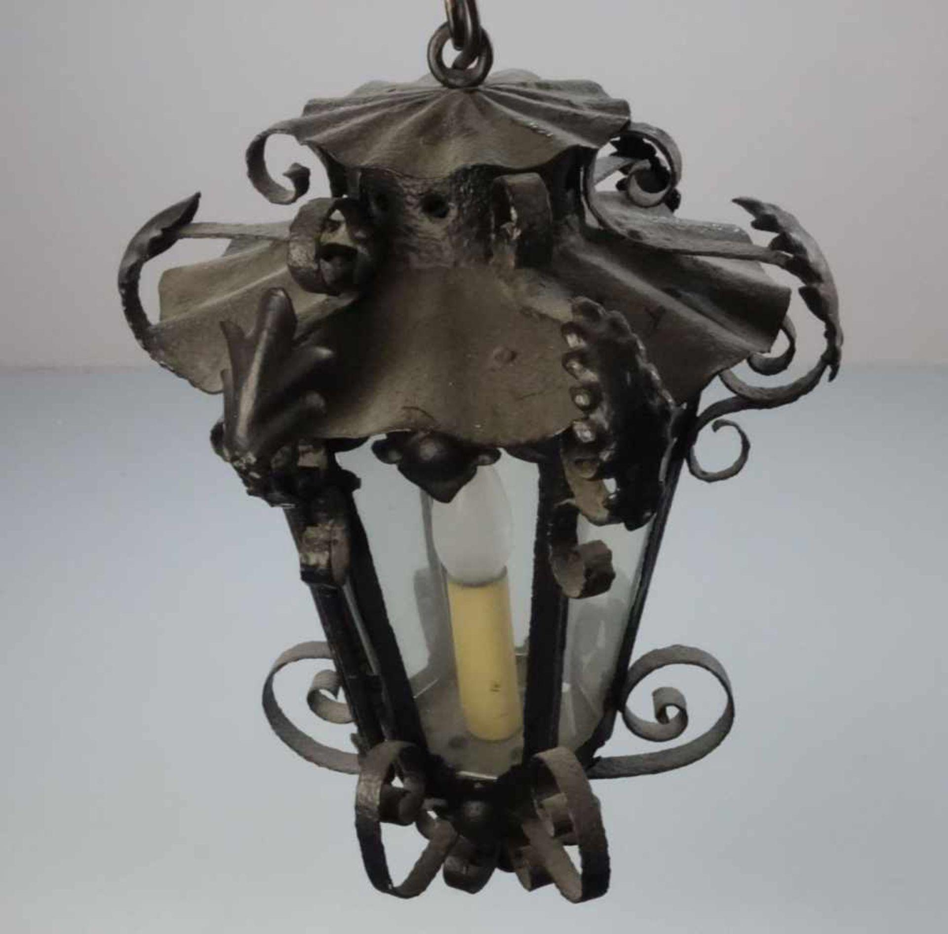 Los 281 - LATERNE / DECKENLAMPE, geschmiedetes Eisen, schwarz lackiert, einflammig elektrifiziert....