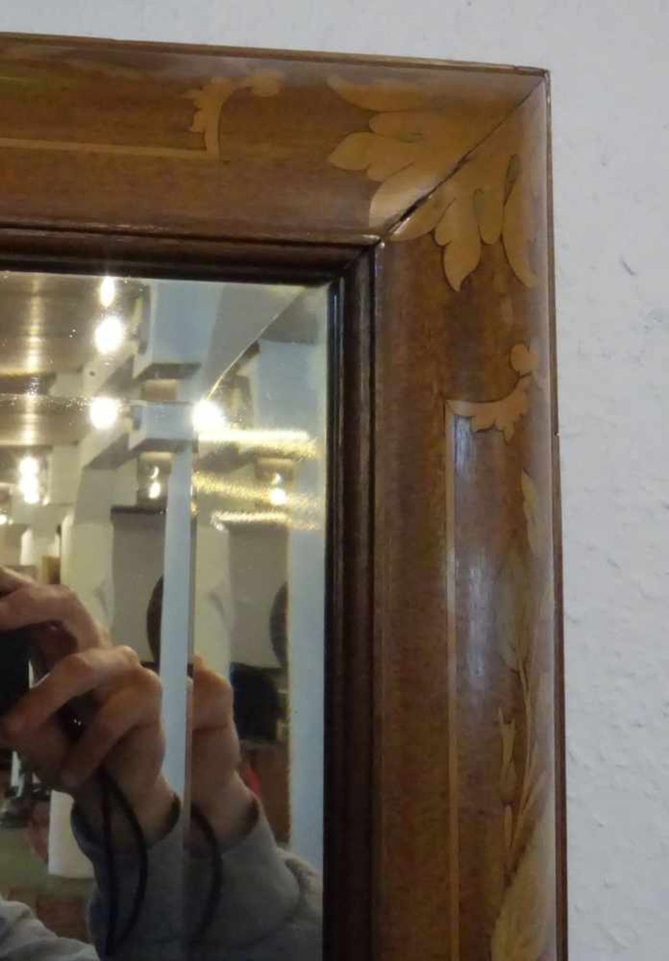 Los 356 - SPIEGEL / SALONSPIEGEL IM REICH INTARSIERTEN RAHMEN, 18./19. Jh.. Facettierter Spiegel im hoch...