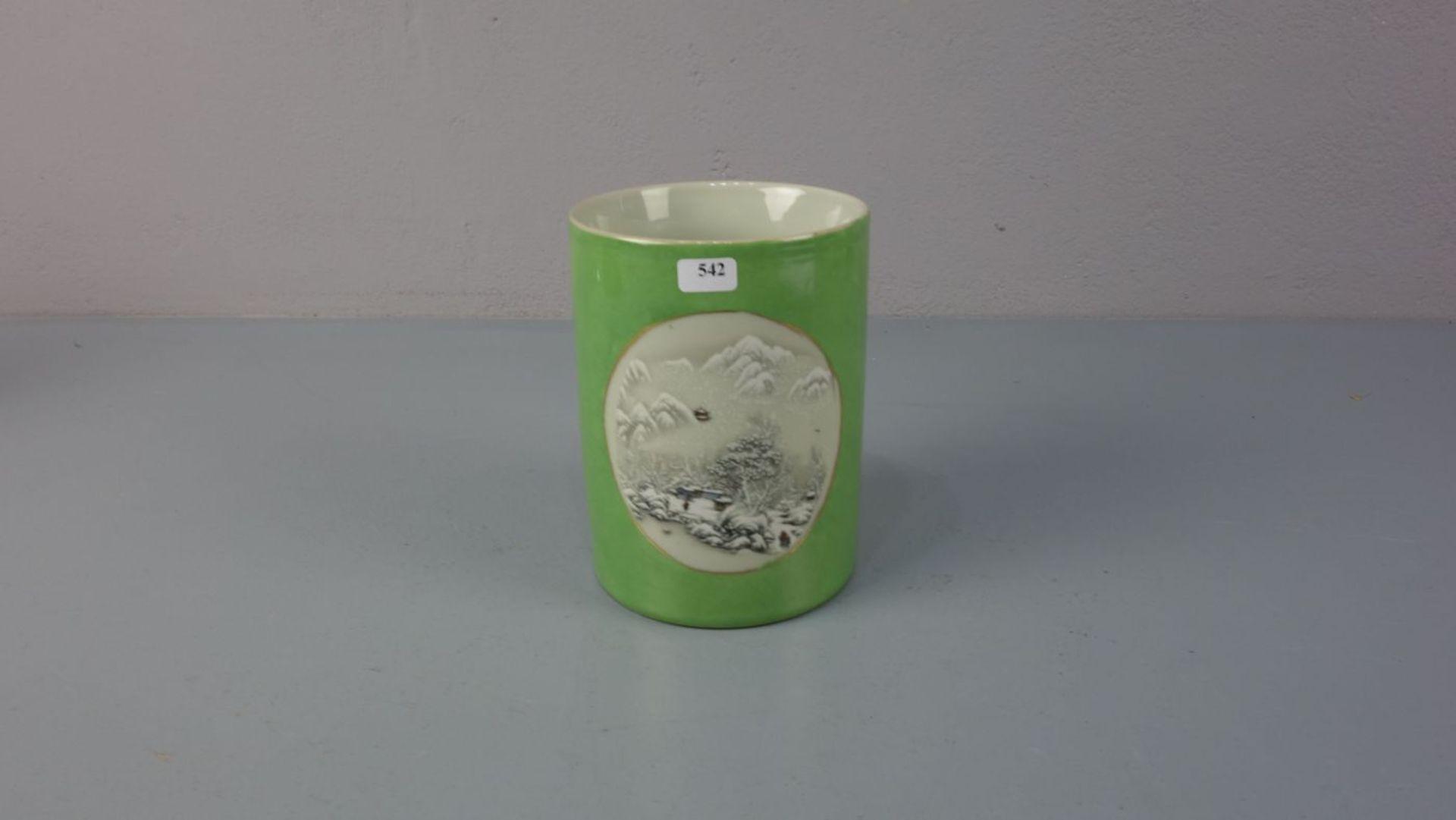 Los 542 - VASE / PINSELBECHER, Porzellan, unter dem Stand gemarkt mit Schriftkartuschen. Zylindrische Form,...