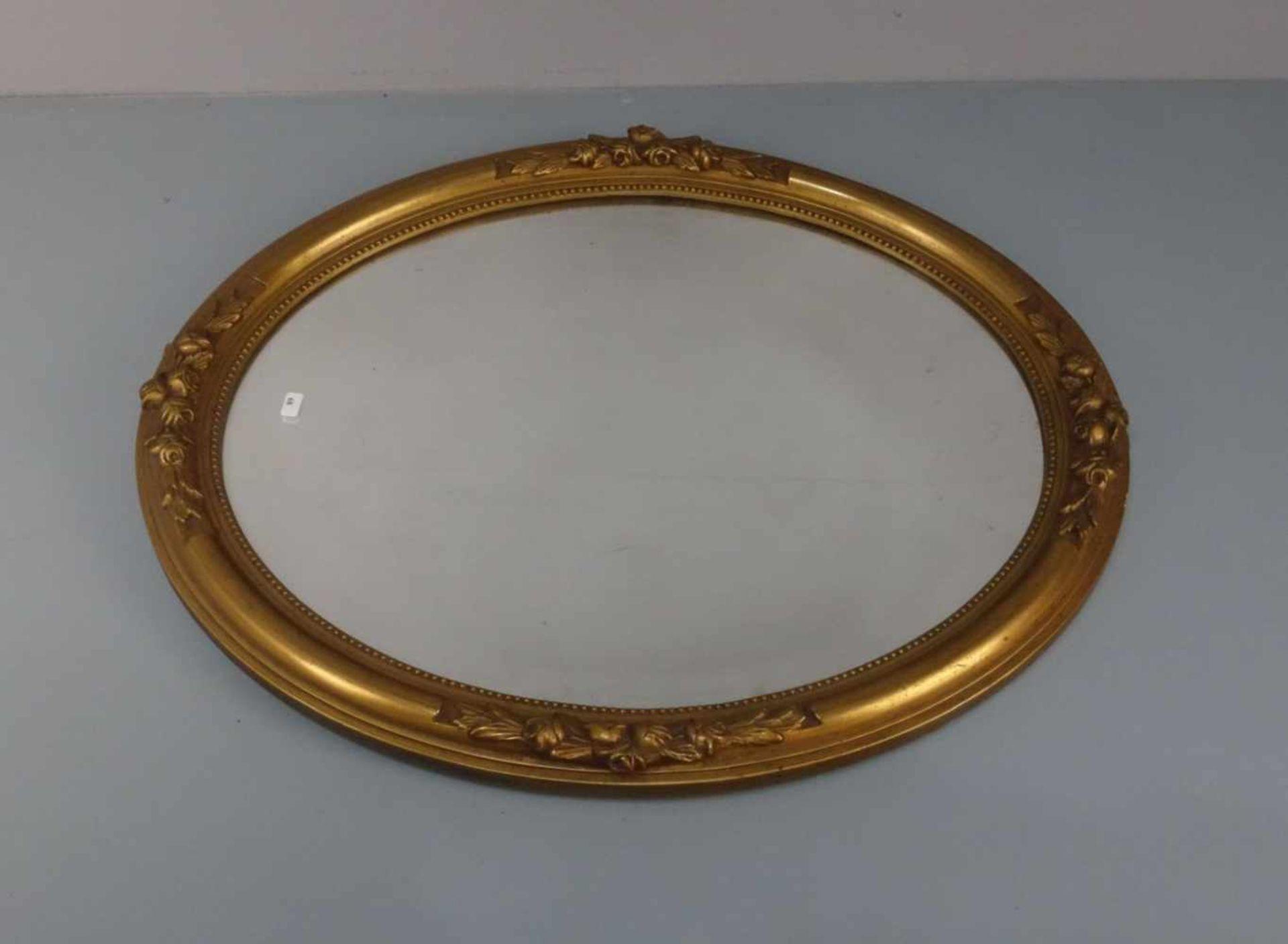 Los 89 - SPIEGEL / mirror, ovale Form mit Facettschliff, aufgewölbte, profilierte und goldfarben gefasste...