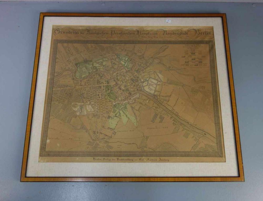 HISTORISCHE STADTKARTE BERLIN / map of the city Berlin, handkolorierter Stahlstich, um 1821 / 1. Viertel 19. Jh.. Im Passepartout und hinter Glas gerahmt. Karte bezeichnet :