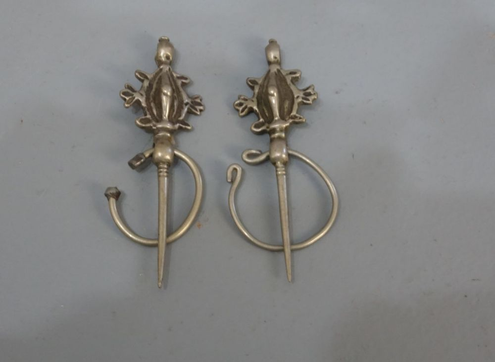 BERBER-SCHMUCK: FIBELPAAR / oriental jewellery, Marokko, Silber (22 g). Zwei kleine Fibeln mit Schließe in Form stilisierter Schildkröten. Fibeln dienen als schmückende Schließen zum Zusammenhalte