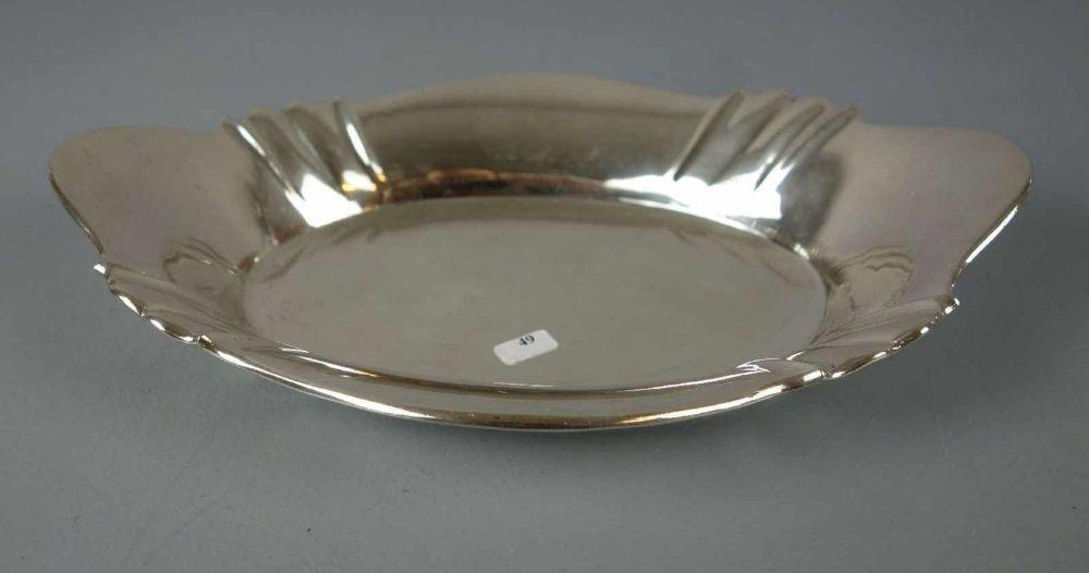 SILBERNE SCHALE / silver bowl, 800er Silber (342 g), gepunzt mit Halbmond, Krone und Feingehaltsangabe. Ovaler Stand, konische und geschweifte Wandung mit partieller Godronierung und angedeuteten seit