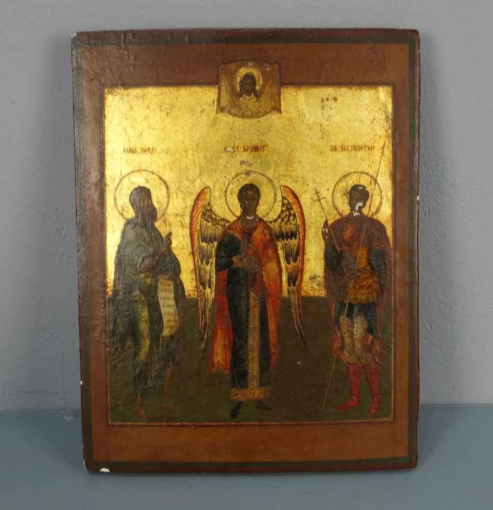 IKONE mit zwei Heiligen und Erzengel, Eitempera und Gold über Kreidegrund auf Holz; Stirnseiten mit Sponki. Bekrönung durch