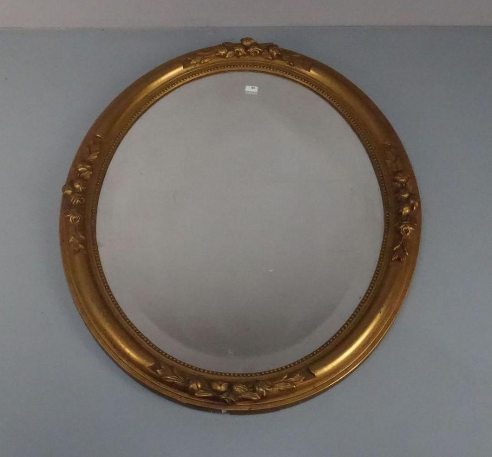 SPIEGEL / mirror, ovale Form mit Facettschliff, aufgewölbte, profilierte und goldfarben gefasste Rahmenleiste mit Perlfries und Rosengirlanden. H. 57,5 x B. 47,5 x T. 3,5 cm (Gebrauchsspuren).