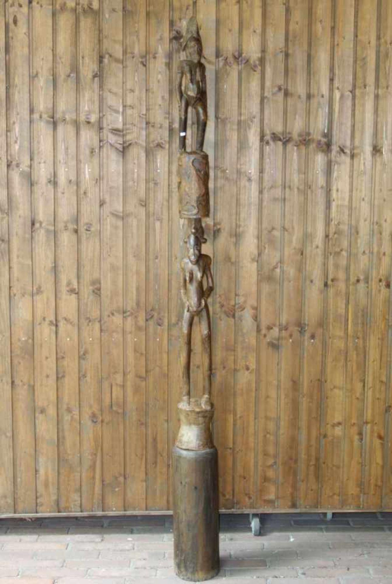Los 439 - TOTEM-SKULPTUR / wooden figure, Holzschnitzerei, zweiteilig, wohl 1. Hälfte 20. Jh.. Große,