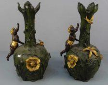 PAAR VASEN, Bronze, braun, grün und goldfarben patiniert. Annähernd kugelförmiger Korpus mit