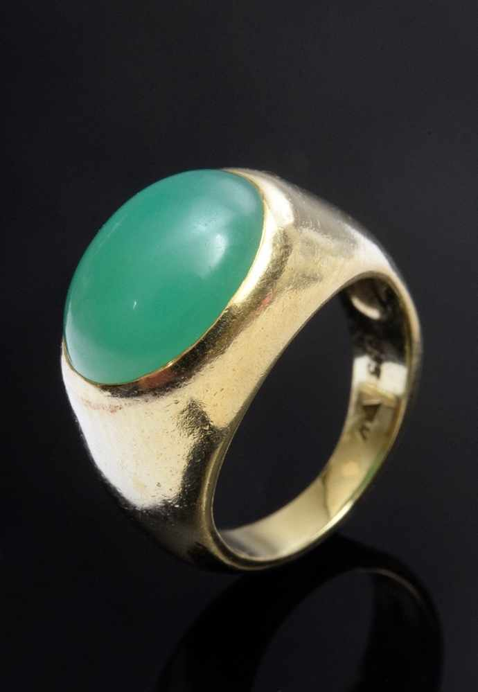 Lot 36 - GG 585 Band ring with chrysoprase cabochon, 6,2g, size 44,5, evidence of use