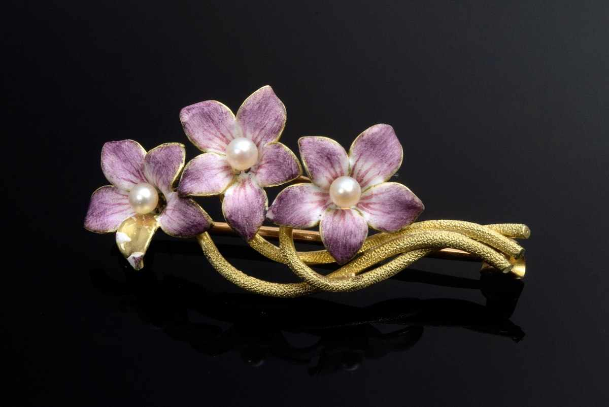 """Lot 13 - GG 750 """"Violet"""" enamel lace pin with 3 orient pearls, 4,2g, 3,6x1,6cm, bumped"""