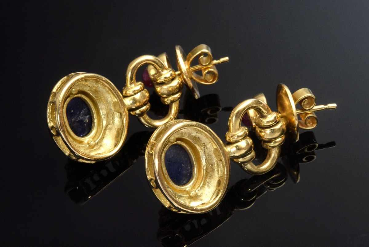 Lot 26 - Pair of classic GG 750 earrings with sapphire and ruby cabochons, 13g, l. 3cm