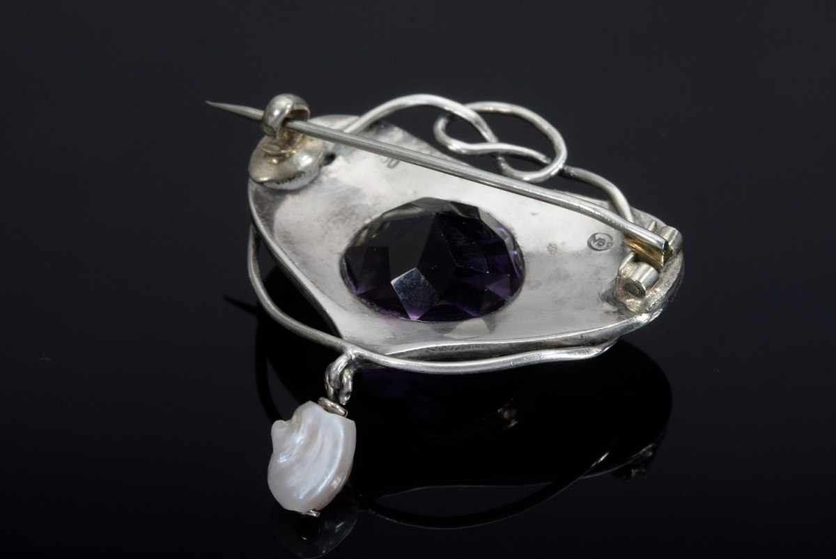 """Lot 19 - """"Arts & Crafts"""" silver 950/ RG 585 needle with faceted amethyst (ca. 8,11ct) and river pearl, Murrel"""