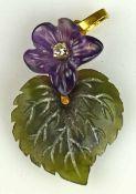 BLÜTENANHÄNGER plastisches Veilchen mit Blatt, geschnitten in Amethyst, Jadeit, mit kleinem