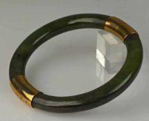 ARMREIF Reif aus zwei Jadebögen mit Goldmontur, Steckschluss mit Sicherheitskette, vergoldet,