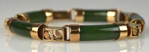 JADEARMBAND aus fünf gebogten Jadegliedern in Goldfassung, diese im Wechsel mit rechteckigen