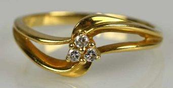 RING besetzt mit drei kleinen Diamanten, Gelbgold 14ct, Gr. 53, 1,96 gr