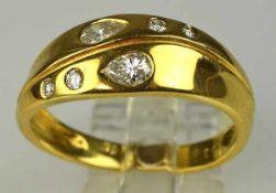 DIAMANTRING Schauseite besetzt mit 2 tropfenförmigen und 2 rund geschliffenen Diamanten, gesamt um