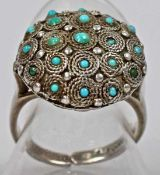 RING runde, dekorierte Halbkugel, besetzt mit kleinen Türkissteinen, in Silberfassung 925,