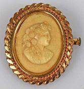 BROSCHE Gemme mit erhabenem Frauenportrait geschnitten aus hellem Stein, wohl Lavastein, in