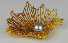 BROSCHE durchbrochene Muschel, unregelmäßige Oberfläche mit kleinen Kügelchen als Dekor, Gelbgold