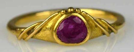 RUBINRING herzförmiger Birmarubin, mit geschwungenem Band und kleinen Kügelchen dekoriert, Gold über